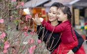 Maya đưa con gái 4 tuổi đi chợ hoa Tết