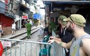 """Khách du lịch ngoại quốc tiếc nuối vì không được vào phố """"đường tàu"""" Phùng Hưng"""