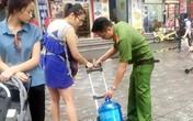 Hà Nội: Các lực lượng quân đội, công an hỗ trợ thau rửa bể nước cho người dân