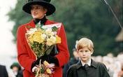 Cay mắt hình ảnh khi xưa thơ bé của Hoàng tử Harry khi đón giáng sinh cùng mẹ