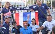 CĐV Việt Nam thân thiện chụp hình chung CĐV Thái Lan trước sân Mỹ Đình