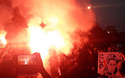CĐV Thái Lan bất ngờ đốt pháo sáng ngay tại cổng soát vé sân Mỹ Đình