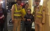 CSGT Hà Nội giúp đỡ cháu bé 7 tuổi bị lạc trong đêm Noel
