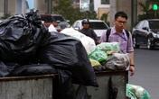 Choáng trước cảnh phố phường Thủ đô ngập rác sau khi dân chặn xe vào bãi rác Nam Sơn