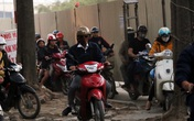"""Hà Nội: Xe máy, ô tô """"đánh vật"""" để di chuyển qua công trường đường đua F1"""