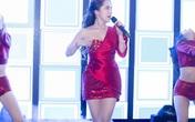 """""""Gái lẳng"""" điện ảnh Quỳnh Nga liên tục kéo áo vì sợ xảy ra sự cố lộ ngực trên sân khấu"""