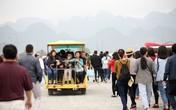 Xe điện quá tải, hàng nghìn người cuốc bộ gần 4km đến ngôi chùa lớn nhất thế giới