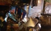 Hà Nội: Xe đầu kéo đâm taxi, 1 người tử vong