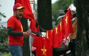 """SVĐ Mỹ Đình """"rực đỏ"""" cờ sao, người dân ùn ùn từ khắp nơi đổ về cổ vũ cho U23 Việt Nam"""