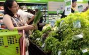 Hà Nội: Người nội trợ thích thú lựa rau thơm gói lá chuối ở nhiều siêu thị