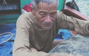 Cứu sống cụ ông ở Hà Tĩnh trôi lênh đênh trên biển nhiều giờ