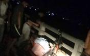 Người phụ nữ trẻ điều khiển xe đạp điện mang giỏ quần áo lên cầu tự tử