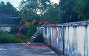 Nghệ An: Cửa cổng nhà văn hóa đổ sập khiến bé 7 tuổi bị chấn thương sọ não