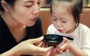 """""""Thổi phù cho nguội thức ăn"""" - hành động thường xuyên của người lớn dành cho con trẻ nhưng lại ẩn tàng nguy cơ bệnh tật!"""