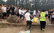 Tai nạn đuối nước thương tâm: 2 đứa trẻ trượt chân té sông, bố cùng bạn bè nhảy xuống cứu, kết quả tất cả đều mất tích
