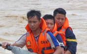 Hình ảnh lay động lòng người của những chiến sỹ công an dầm mình trong nước lũ cứu người