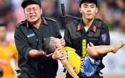 Khen thưởng các chiến sĩ cảnh sát sơ cứu fan nhí bị co giật ở Nam Định