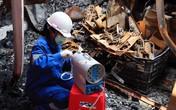 Đang bốc dỡ hiện trường vụ cháy Công ty CP Bóng đèn phích nước Rạng Đông