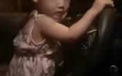 Truy tìm tài xế để bé gái khoảng 2 tuổi cầm vô lăng lái xe