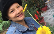 """""""Nữ hoàng cảnh nóng"""" Việt Nam để mặt mộc lộ rõ dấu hiệu tuổi tác đi chăm vườn cây 5000 m2 đầy hoa thơm"""