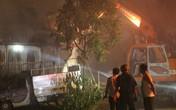 """Hà Nội: Dùng máy xúc phá tường khống chế """"bà hỏa"""" tại nhà xưởng rộng hàng trăm mét"""
