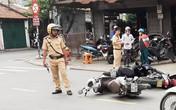 Mercedes húc 3 xe máy và một ôtô ở Sài Gòn, 2 người bị thương