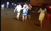 """Xôn xao clip người chồng dừng xe giữa đường, xô ngã vợ rồi gào thét: """"Đánh đi, đánh tiếp đi, mình mày biết điên à?"""""""
