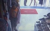 Xôn xao đoạn clip mẹ giả vờ xem đồ, xúi con nhỏ trộm điện thoại trong shop quần áo