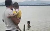 Khủng khiếp khoảnh khắc bố bế con nhỏ lội nước cứu người tự vẫn