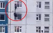 'Anh hùng' lạ mặt thả dây qua cửa sổ, cứu cô gái trẻ khỏi căn hộ bốc cháy