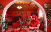 """Mục sở thị căn phòng """"nóng nhức mắt"""" của quý bà U70 mê màu đỏ"""