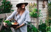 Mẹ trẻ xinh đẹp thích làm vườn, sưu tầm hạt giống và phủ xanh mảnh đất quanh nhà bằng đủ loại rau trái