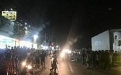 Hàng trăm người dân hiếu kỳ bất chấp nguy hiểm, đứng tràn ra cả hai làn đường xem tai nạn chết người