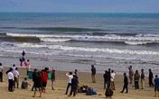Hà Tĩnh: Rủ nhau đi tắm biển, 2 học sinh bị sóng cuốn mất tích