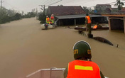 Quảng Bình: Lũ vượt nóc nhà, lực lượng chức năng căng mình giúp dân chạy lũ