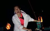 Kim Thư lênh đênh trên ghe cá trong đêm bão