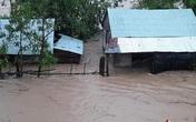 Hình ảnh nước đổ về ầm ầm, người dân miền Trung lại tất tả chạy lũ trong đêm