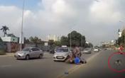 """Xe máy nằm """"ngửa bụng"""" sau va chạm với taxi, người đàn ông cuống cuồng chạy theo chó cưng để bạn gái nằm dưới đường gây xôn xao"""