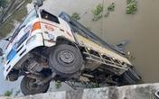 Làm sập cầu Thiên Hộ, xe tải rơi xuống sông