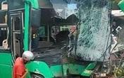 Ô tô khách đối đầu xe bồn rồi tông hàng loạt xe máy, nhiều người bị thương