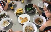 Suất ăn bán trú trường học: Nhiều nơi kiểm tra thực phẩm  chỉ bằng… cảm quan