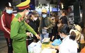 Hà Nội: Nhiều người bị phạt vì không đeo khẩu trang ở phố đi bộ Hồ Gươm