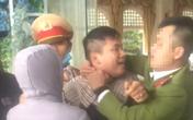 Trung úy cảnh sát bị nam thanh niên vi phạm giao thông đấm vào mặt