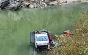 Xe tải chở 3 người mất lái lao xuống sông lúc rạng sáng