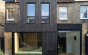 Ngôi nhà ốp gỗ màu đen đẹp cổ kính