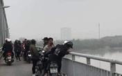 Mẹ trẻ để lại xe máy, ôm con hơn 1 tuổi nhảy cầu tự tử