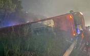 Xe giường nằm lật trên cao tốc, 10 người bị kẹt