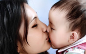 Không chỉ lây COVID- 19, những căn bệnh nguy hiểm có thể cướp đi sự sống của trẻ từ nụ hôn không thể ngờ