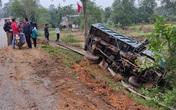 Hà Tĩnh: Mất lái, xe tải đâm lan can lật ngửa bên đường