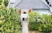 Ngôi nhà có kiến trúc theo lối truyền thống được bao quanh bởi khu vườn rộng 1200m²